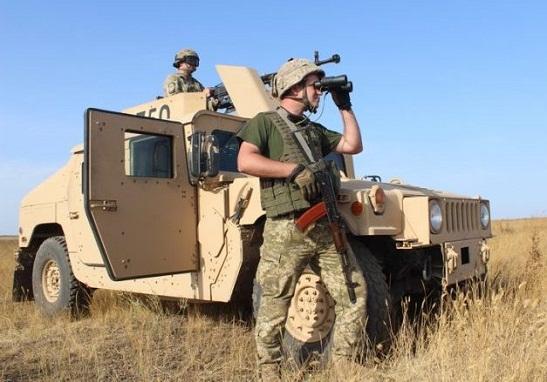 """Прикордонники на броньованих """"Хамві"""" відпрацьовували взаємодію з танками по захисту узбережжя Азовського моря"""