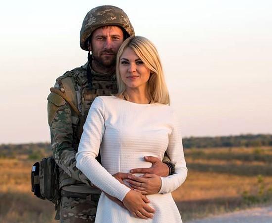 """Війна і кохання: воїн батальйону """"Донбас-Україна"""" зробив пропозицію відомій актрисі і отримав згоду…"""