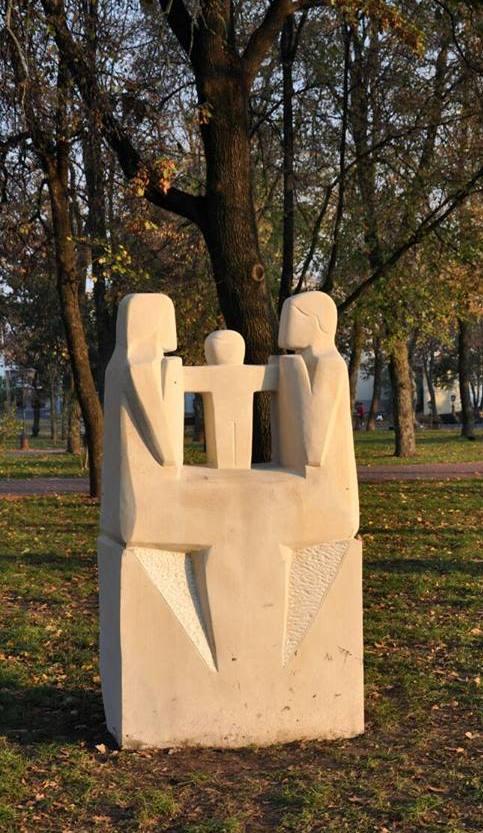 Неподалік від кордонів з Бєларуссю і Росією постав кам'яний тризуб роботи черкаського майстра, що символізує українську родину і міць наших традицій