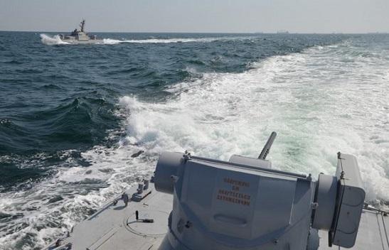 Військовий корабель РФ пішов на таран корабля з конвою ВМС ЗСУ. І сам отримав пробоїну…