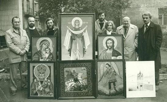 Раритетне фото нагадало про те, як 25 років тому художники Черкас оформили своїми авторськими іконами перший в місті храм УАПЦ