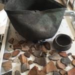 Бронзовий казанок, ліпний посуд під час лабораторної обробки матеріалів польових досліджень.