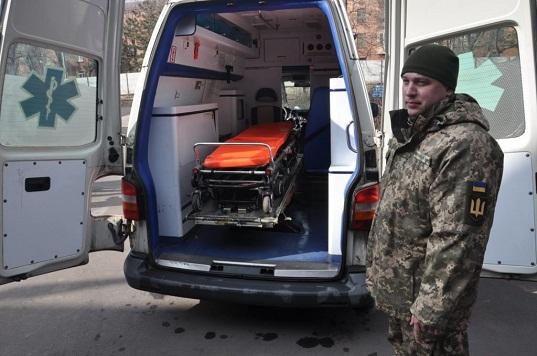 Литва передала військовим медикам на Донбасі реанімобіль і функціональні ліжка