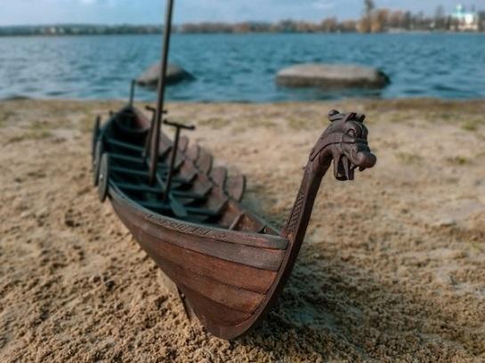 На озері у Рівному створюють музей-скансен, для якого будують точну копію варязького човна
