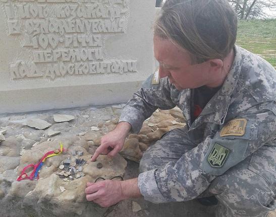 У Трахтемирові, біля обстріляного пам'ятника гетьману Сагайдачному знайдено речові докази, які не помітили правоохоронці