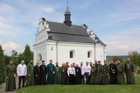 На молебні у гетьманській церкві Суботова археологів благословили на розкопки місця поховання Богдана Хмельницького