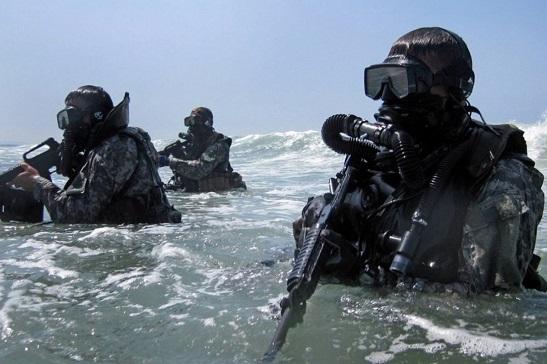 Морський спецназ відпрацював десантування без парашутів і роботу на максимальній глибині у італійській екіпіровці