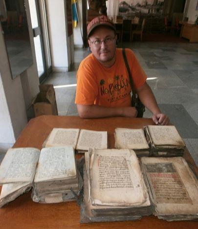 Черкащанин знайшов справжній скарб – ящик, наповнений церковними стародруками, замотаними у повсть…