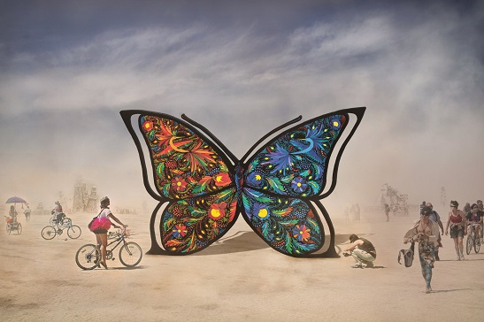Учасники фестивалю сучасного мистецтва Burning Man у США – в захваті від гігантського метелика з України, прикрашеного Петриківським розписом