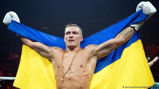 Після порції влучних ударів українського боксера його американський суперник відмовився від продовження бою