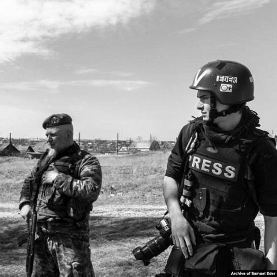 Австралійський фотожурналіст рятує негативи знімків, знайдені на руїнах радянської фотолабораторії біля Донецького аеропорту