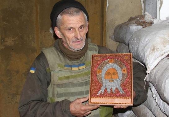 На позиціях поруч з окупованим Донецьком український сержант робить унікальні ікони з мідного дроту