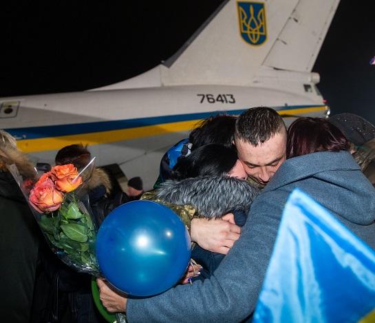 В Україну повернулися 76 тепер вже колишніх полонених