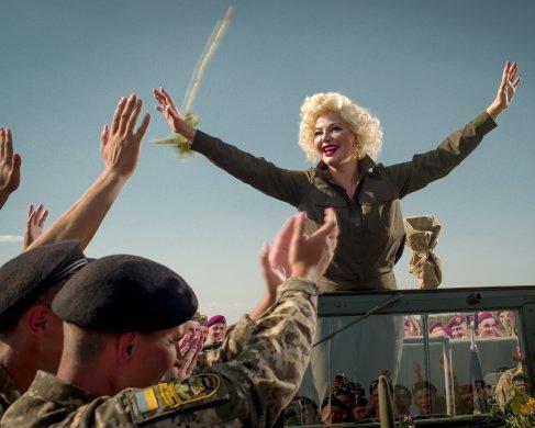 Російська оперна співачка виступила перед українськими солдатами у образі Мерілін Монро