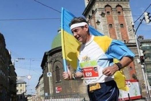 Той, хто не боїться вірусів: спортсмен розпочав забіг на 747(!) км – на честь 30-річчя підняття синьо-жовтого прапора над ратушею у Львові
