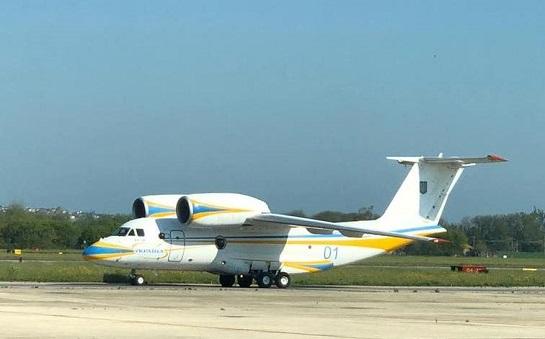 Набули досвіду і повернулися: прибув літак з українськими лікарями, які допомагали боротися з епідемією в Італії