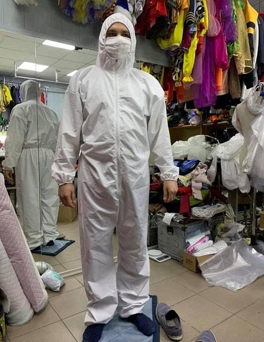 """У Черкасах """"фронтові"""" волонтери згуртувалися, щоб шити захисні костюми для лікарів"""