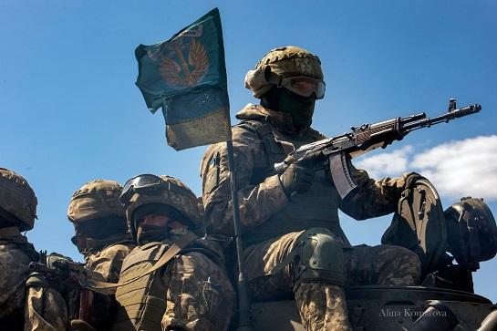 """Черкаські волонтери пошили морським піхотинцям у зоні ООС """"фірмові"""" червоно-чорні маски"""