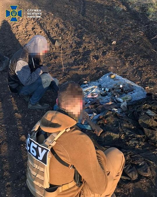 """Пійманий СБУ бойовик, який підривав мости на Донбасі, """"здав"""" схованку зі зброєю…"""