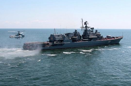 Злякавшись українського фрегата, танкер окупантів заховав свій прапор-триколор