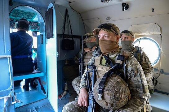 Підняті по тривозі, українські військові відпрацювали відбиття нападу на острів у Чорному морі