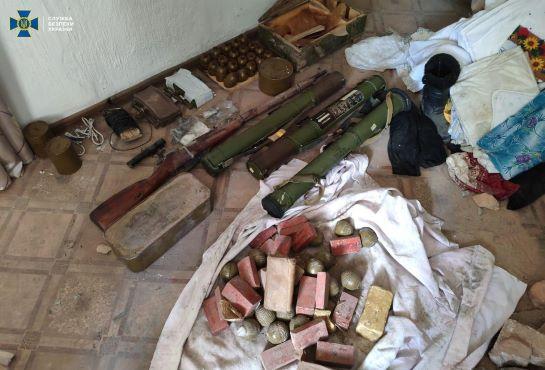 """СБУ викрила схрон так званої """"МГБ ДНР"""" із зброєю і вибухівкою для терактів"""