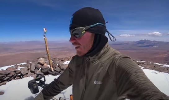 Український велосипедист піднявся на вершину найвищого діючого вулкану в Болівії