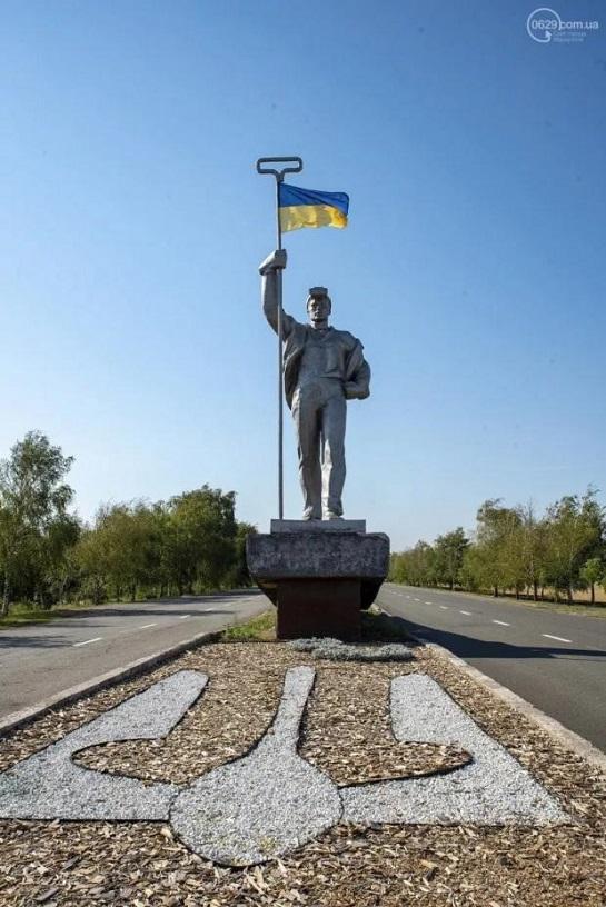 Знаменитий Сталевар у Маріуполі на Донеччині – із синьо-жовтим прапором…