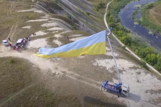 Луганчани підняли на кордоні з Росією 20-метровий синьо-жовтий прапор