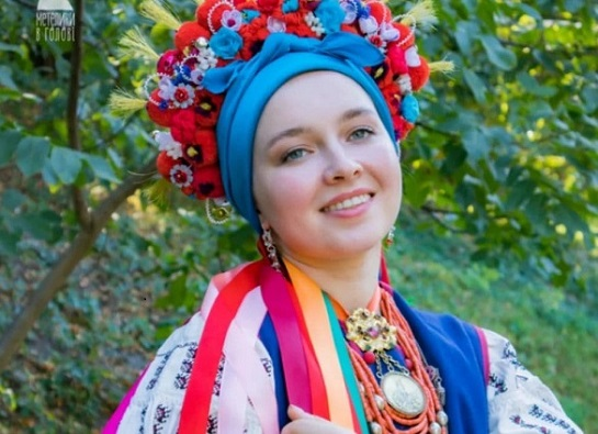 Черкаські майстрині відтворюють автентичні дівочі вінки столітньої давнини