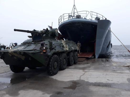 Майбутніх офіцерів ДШВ і морської піхоти вчать викидати ворога з окупованого узбережжя