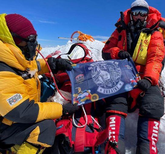 """На Евересті, найвищій вершині світу, розгорнули український прапор і вперше – прапор байкерів """"Тарасової гори"""""""