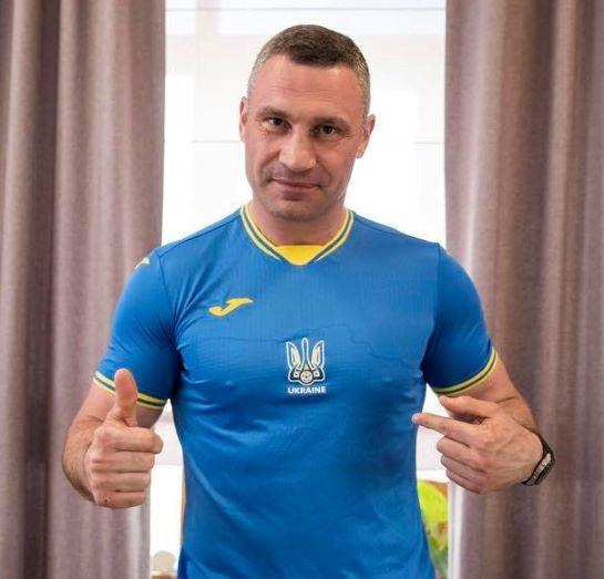 """Боксер Кличко вдягнув футбольну форму і заявив: """"Україна переможе! В широкому сенсі…"""""""