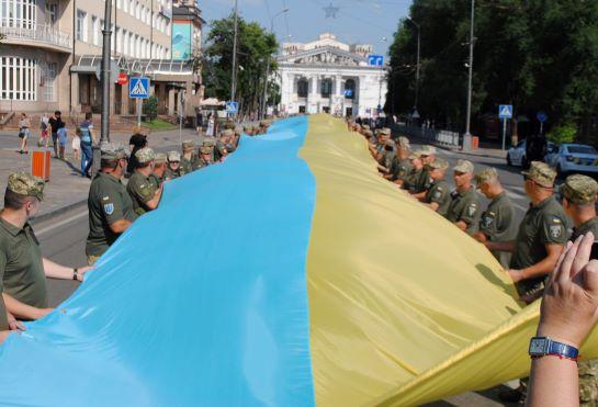 У Маріуполі величезний державний прапор розгорнула рекордна кількість військових
